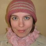 Розовая шапка с серыми полосами спицами