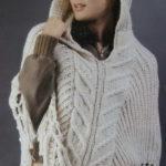 Пончо с капюшоном, декорированное бахромой