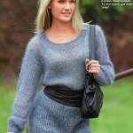 Голубой вязаный пуловер из мохера спицами