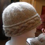 Вязаная шапка с поперечной косой от Alexandra Virgiel