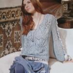 Ажурный пуловер вязаный спицами, декорированный лентами.