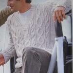Мужской пуловер с косами и V-образным вырезом горловины