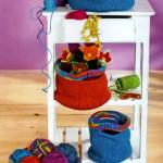 Разноцветные вязаные корзинки спицами