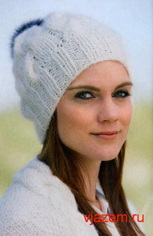 белая шапка спицами с косами и помпоном