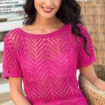 Розовый  пуловер с ажурным узором спицами