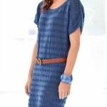 Простое вязаное платье с ажурными полосками