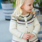 Белая кофточка для девочки спицами реглан