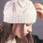 Две красивые шапки с ажурным узором спицами