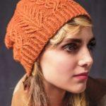 Женская шапка спицами с плетеным узором