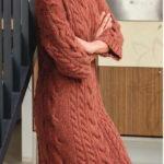 Теплое вязаное платье с косами
