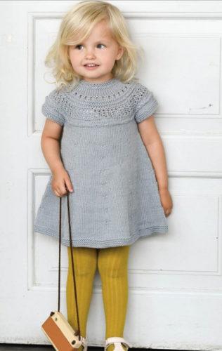 платье для девочки на кокетке спицами
