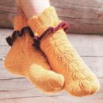 Вязаные носки с листьями  спицами